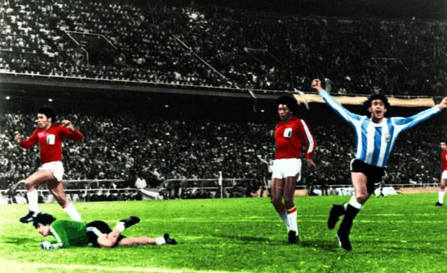 Dau-si-Mario-Kempes-dua-Argentina-lan-dau-len-dinh-World-Cup-1978-6