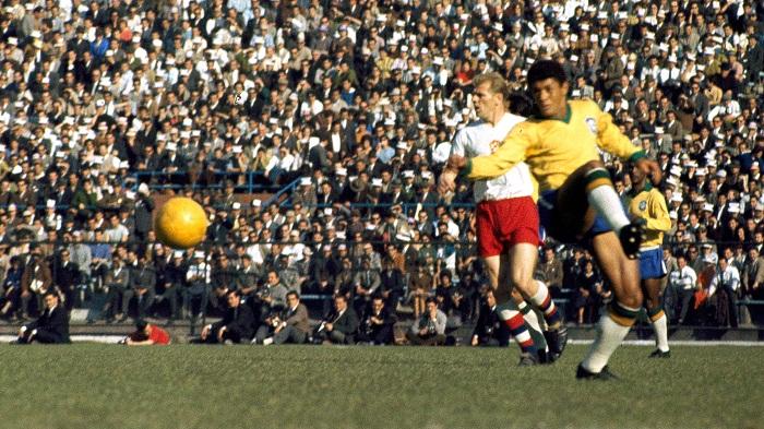 Hong-tuoc-Garrincha-bay-cao-Brazil-bao-ve-ngoi-vuong-World-Cup-1962-2