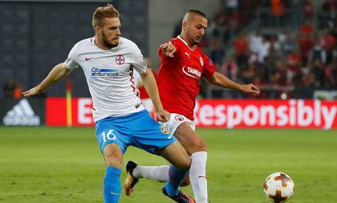 Hapoel's Israeli forward Ben Sahar (R) vies for the ball with Steaual's Serbian defender Bobgan Planic during the UEFA Europa League football match between Hapoel Beer-Sheva FC and FC Steaua Bucharest on September 19, 2017 at the Turner Stadium in the Israeli southern city of Beer-Sheva. / AFP PHOTO / JACK GUEZ (Photo credit should read JACK GUEZ/AFP/Getty Images)
